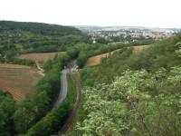 Výhled ze druhé ivančické vyhlídky na železnici a město