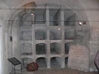 Interier krypty s původním kamenným zakrytím vchodu do krypty, který byl pomocí trhaviny gestapem odstraněn