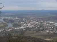 Lovoš - výhled na Lovosice s horou Říp v pozadí
