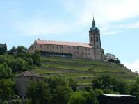 Mělnický zámek s vinicemi a věží chrámu sv. Petra a Pavla