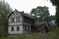 Ukázka zničení hrázděného domu
