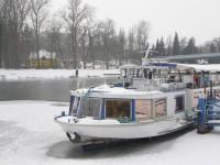 Výletní loď v ledové tříšti přístaviště pod zámkem v Poděbradech