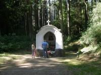 Lesní studánka s kapličkou v lesním stínu