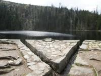 Na hrázi Prášilského jezera