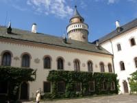 Jedna ze zámeckých věží