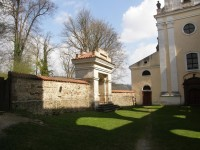 Empírová hrobka na nádvoří kláštera