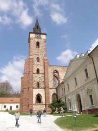 Hranolová věž je jednou z dominant areálu