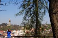 pohled od jeskyně Šípka na historickou část města s válcovou věží Trúbou