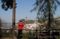 pohled od jeskyně Šipka na historickou část města s válcovou věží Trúbou