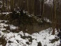 ruiny domů při cestě