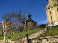 Dřevěná zvonička v Sutomi.