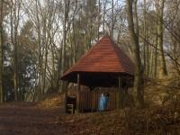 turistický přístřešek v Sedle pod Varhoštěm