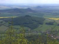Ostrý z Milešovky, v pozadí Košťálov a Hazmburk