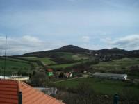 Na horizontu obec Sutom a Sutomský vrch