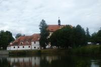 Tvrz a zámek ve Lnářích