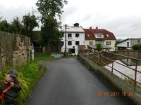 cesta k mlýnu kolem rybníka