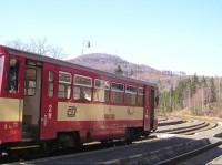 Pohled z nádraží: Pohled z nádraží na kopec Jedlová s rozhlednou