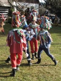 Masky Skákavých tančí před každým domem ve vsi