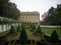 pohled na zámek se zámecké zahrady