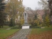 Památník obětem válek v centru obce