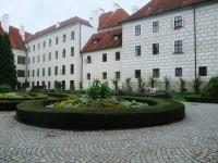 Zámek s okrasnou zahradou