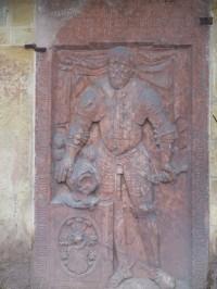 Náhrobek na podstavci zvonice