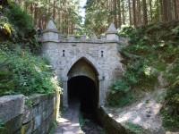 Portál tunelu pod Jelením hřbetem