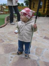 malá golfistka s velkou holí:)
