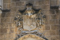 Erb Schwarzenberků nad portálem