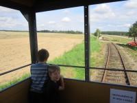 Výhled do krajiny z vyhlídkového vozu