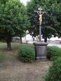 Kříž na náměstí Míru v Ratajích nad Sázavou