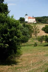 Sousední Vysoký Újezd s kostelem Narození Panny Marie