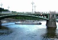 Plavba po Vltavě na lodi Czech Boat - 1.6.2012 - Pod Čechovým mostem se otáčí loď Prague Boats.