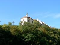 misijní kříž, kostel Posvěcení sv. Kříže a za ním zámek