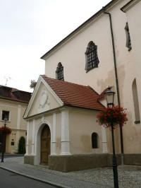 vstup do kostela na jižní straně