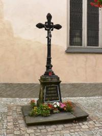 kříž vpravo od hlavního vchodu