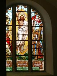 jedno z vitrážových oken