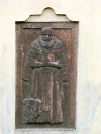 náhrobek v kostelní zdi