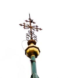 kříž a báně na věži