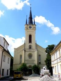 průčelí kostela z ulice Palackého