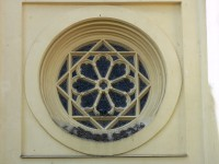 detail okna nad vchodem