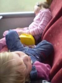 Únava zvítězila, spánek v autobuse.