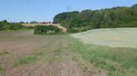 východní část obce Mokošín /zalesněný pahorek/
