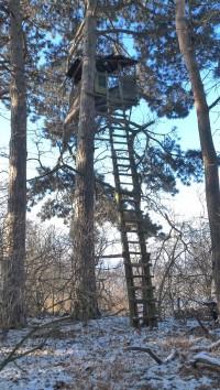 myslivecký posed na kopci Žebráky ve směru od obce Štrampouch