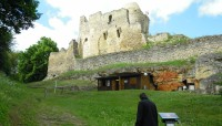 pod hradem je možno koupit si pohledy a suvenýry