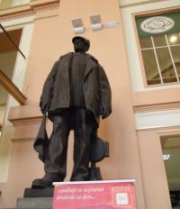 s kamenným obličejem mě vítal na nádraží v Plzni