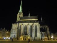 kostel sv. Bartoloměje na náměstí republiky v Plzni večer