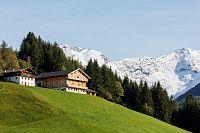 Přelom léta a podzimu v Jižním Tyrolsku nabízí lyžování na ledovci i koupání v horských jezerech