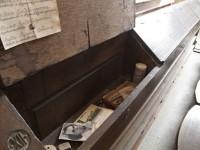 Uzamykatelné schránky v lavicích