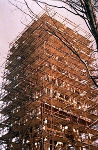 Lešení během stavby